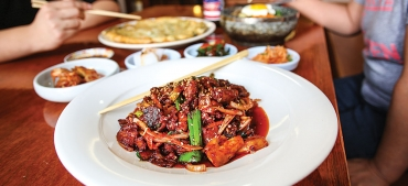 Je Yuk Bok Um, a dish of stir-fried pork tenderloin with vegetables in a sweet and spicy sauce.